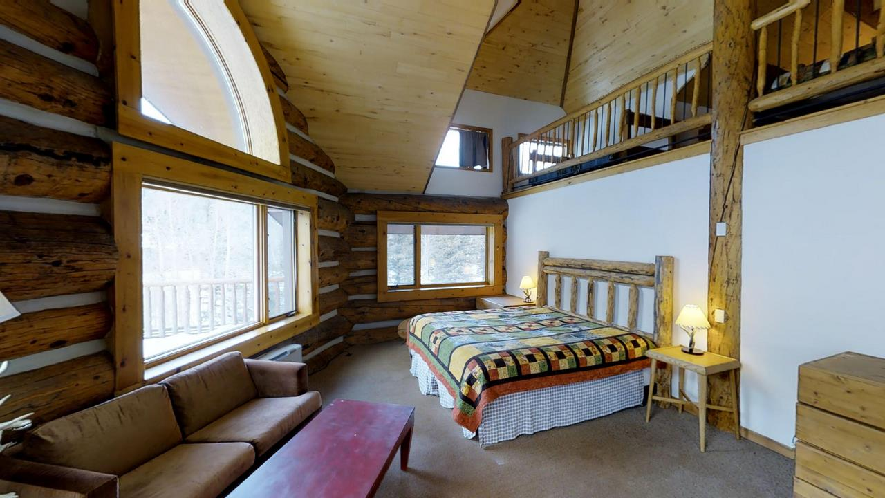 Lake-Fork-River-Ranch-Main-Lodge-Bedroom