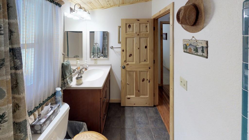 Los Creek Ranch - Bathroom(2)