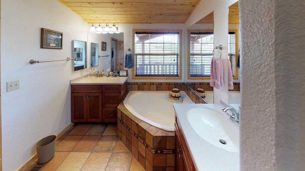 Los Creek Ranch - Bathroom